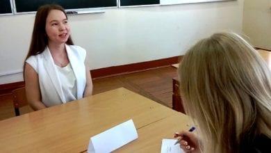 Kuva taloustieteellisten tiedekuntien opiskelijoista vastaa haastattelukysymyksiin
